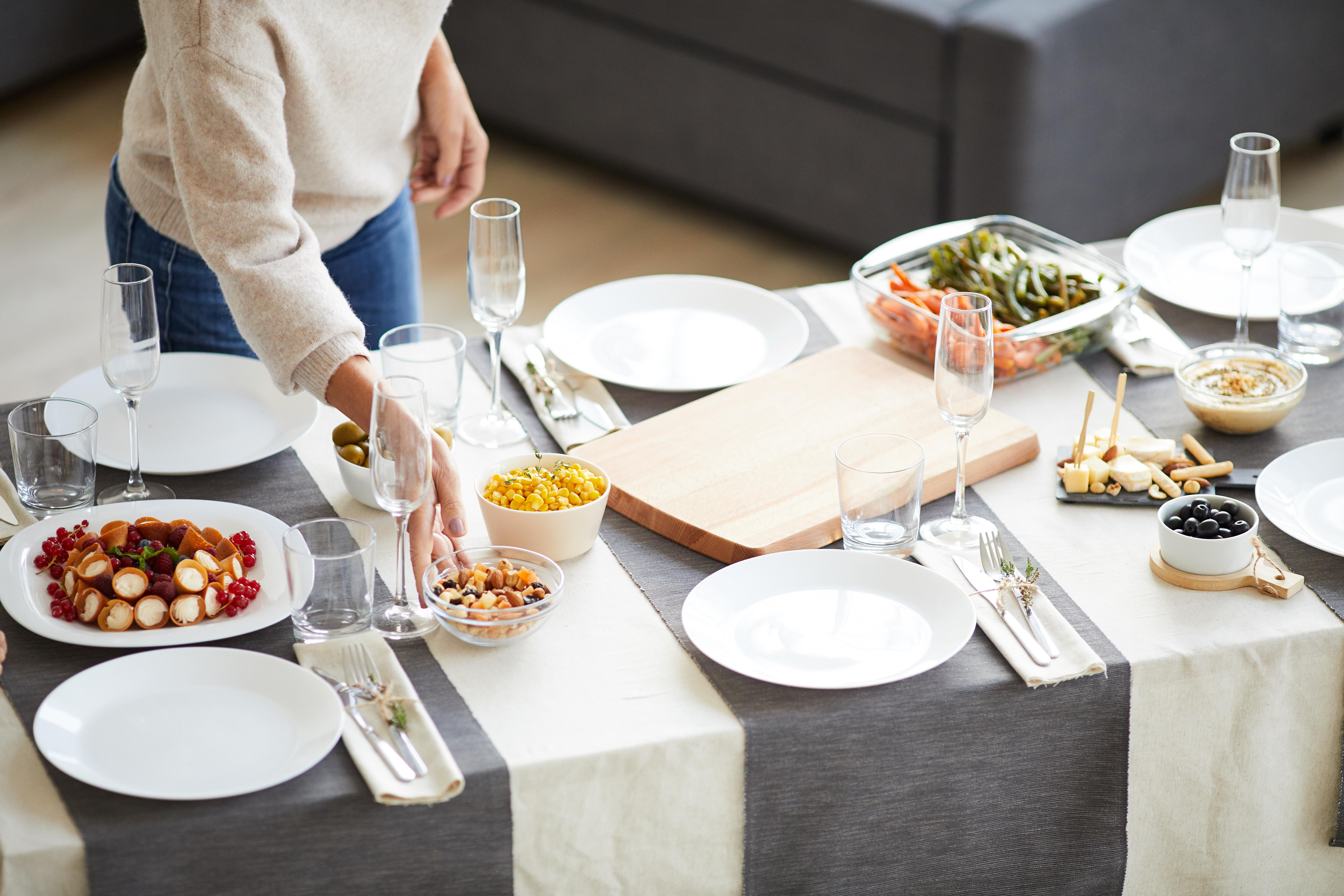 decoración mesa para cena entre amigos