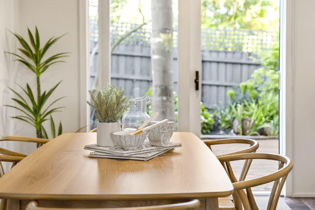 mesa ovalada salón en madera