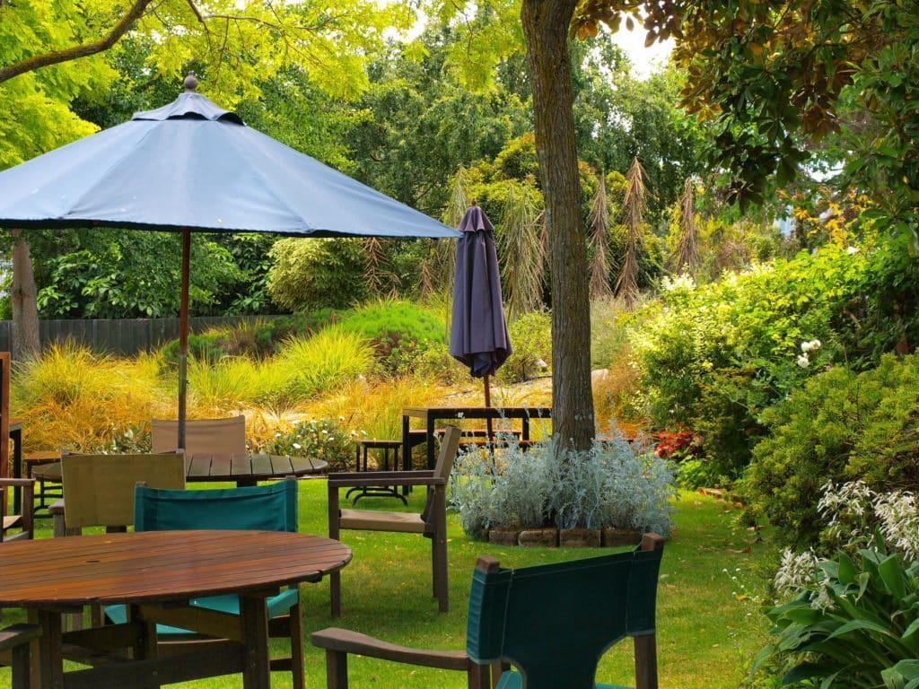 Mesa jardin con sombrilla